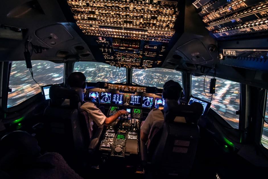 фото в кабине пилота самолета являются одной