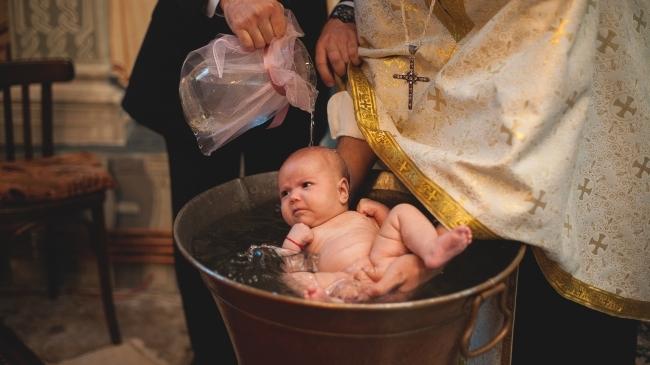 Pot părinții necununați să-și boteze copilul? Răspunsul preotului Maxim  Melinti | Mamaplus
